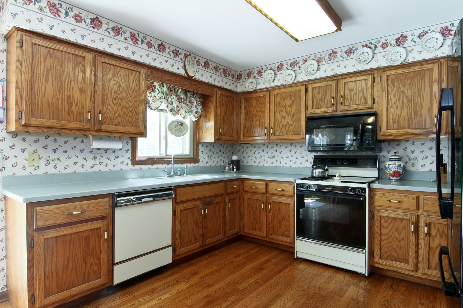 Real Estate Photography - 527 Lindley Rd, Westmont, IL, 60559 - Kitchen