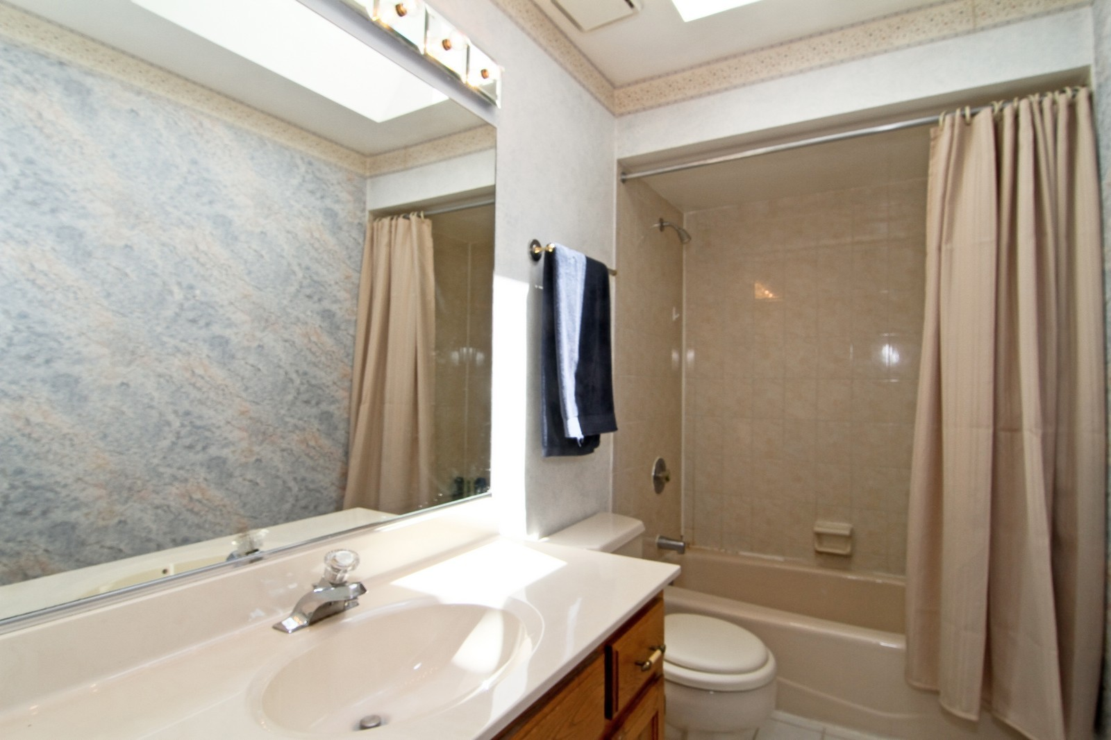 Real Estate Photography - 527 Lindley Rd, Westmont, IL, 60559 - Bathroom