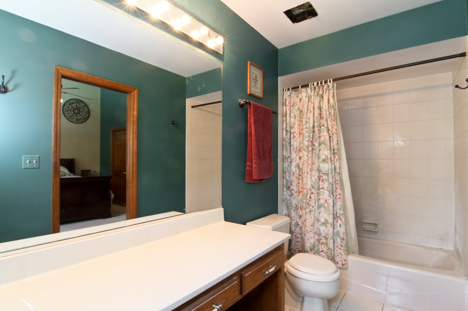 Real Estate Photography - 527 Lindley Rd, Westmont, IL, 60559 - 2nd Bathroom