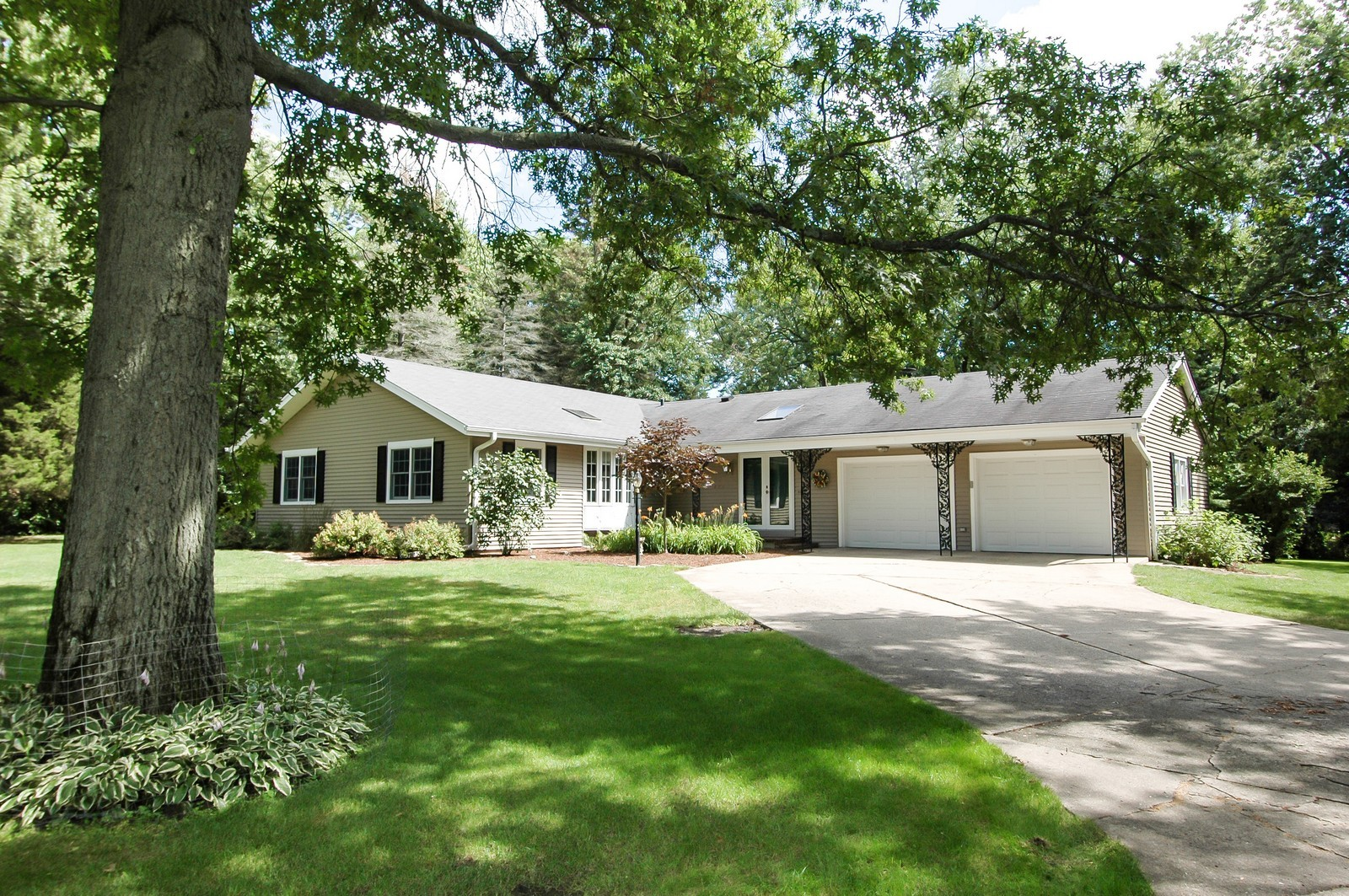 Real Estate Photography - 621 Miller Rd, North Barrington, IL, 60010 - Front View