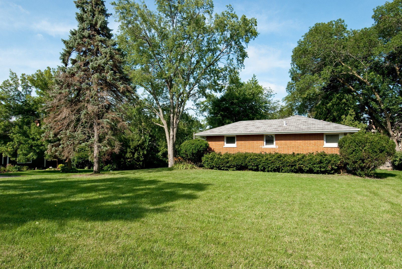 Real Estate Photography - 768 S Prairie Ave, Barrington, IL, 60010 - Side Yard