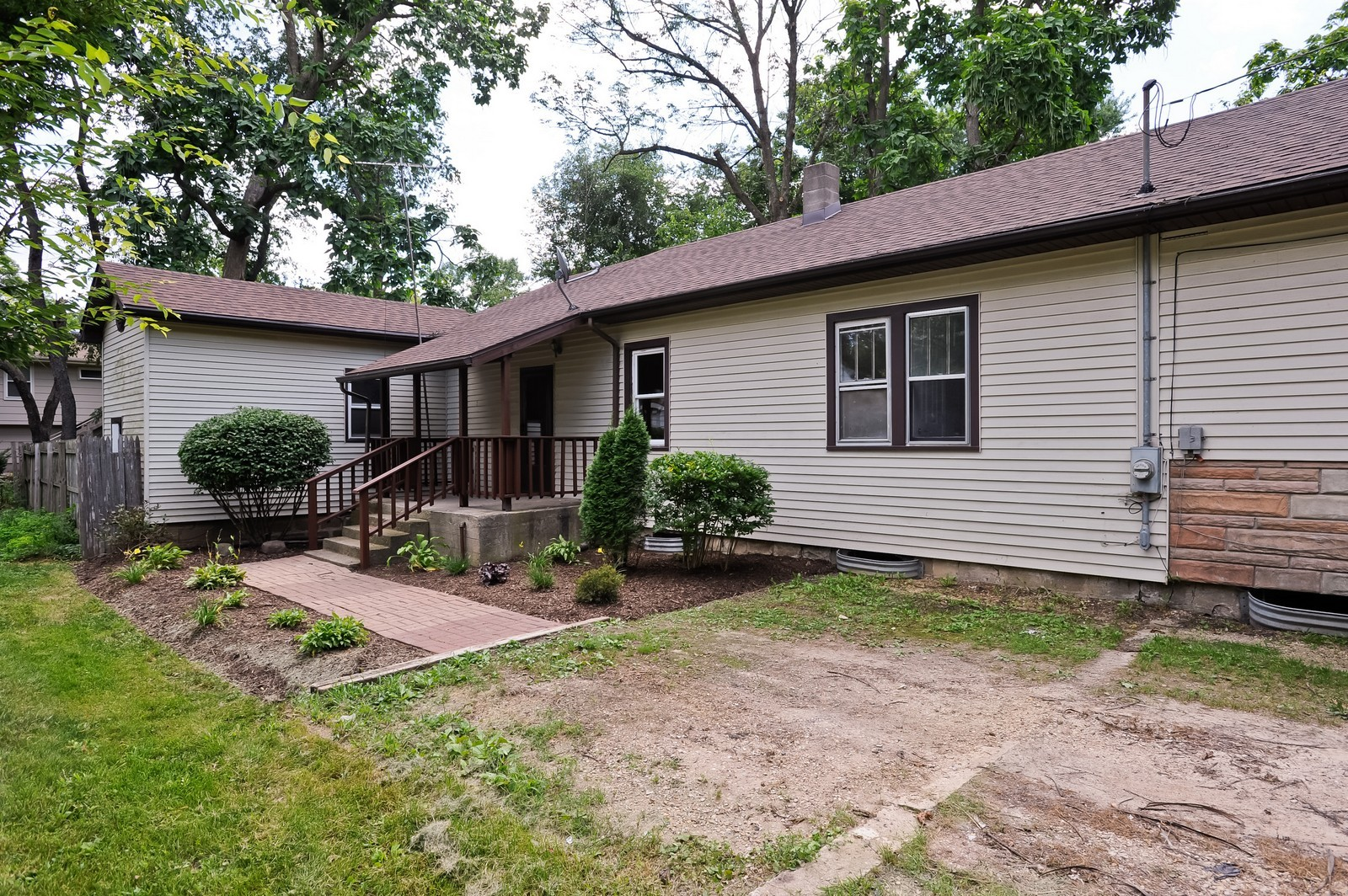 Real Estate Photography - 6N939 Woodlawn Ave, St Charles, IL, 60174 - Side Yard