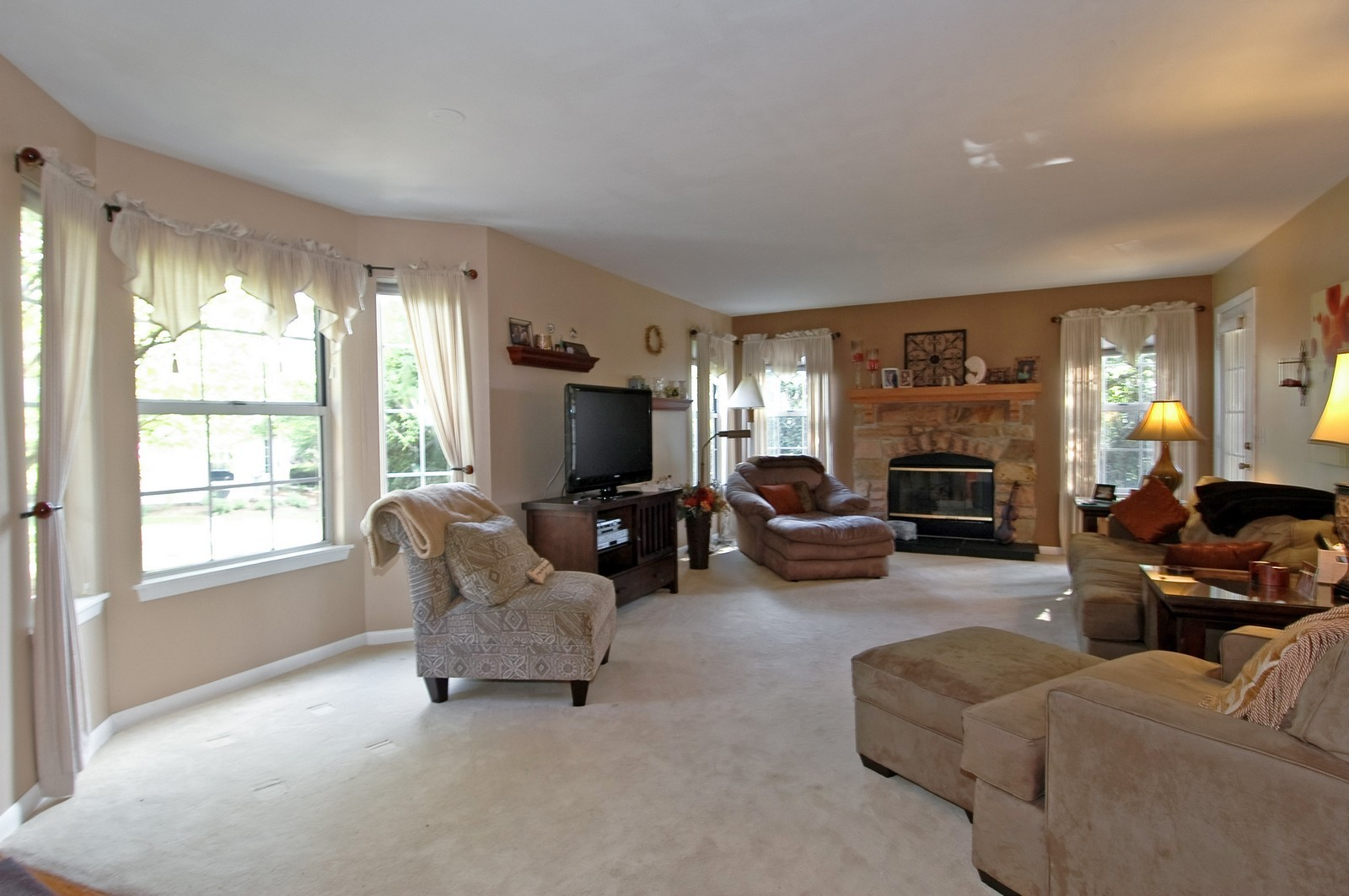 Real Estate Photography - 1687 Pearl Ct, Unit A, Crystal Lake, IL, 60014 - Living Room / Dining Room