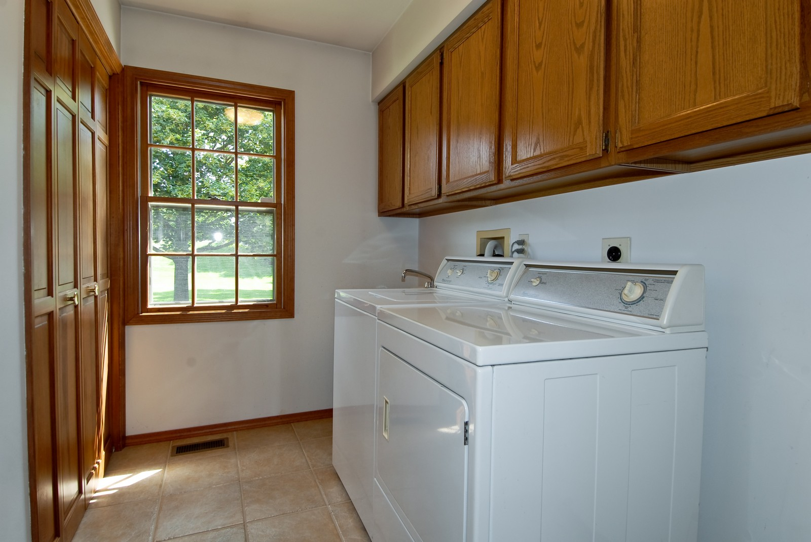 Real Estate Photography - 913 Lewis Rd, Geneva, IL, 60134 - Laundry Room