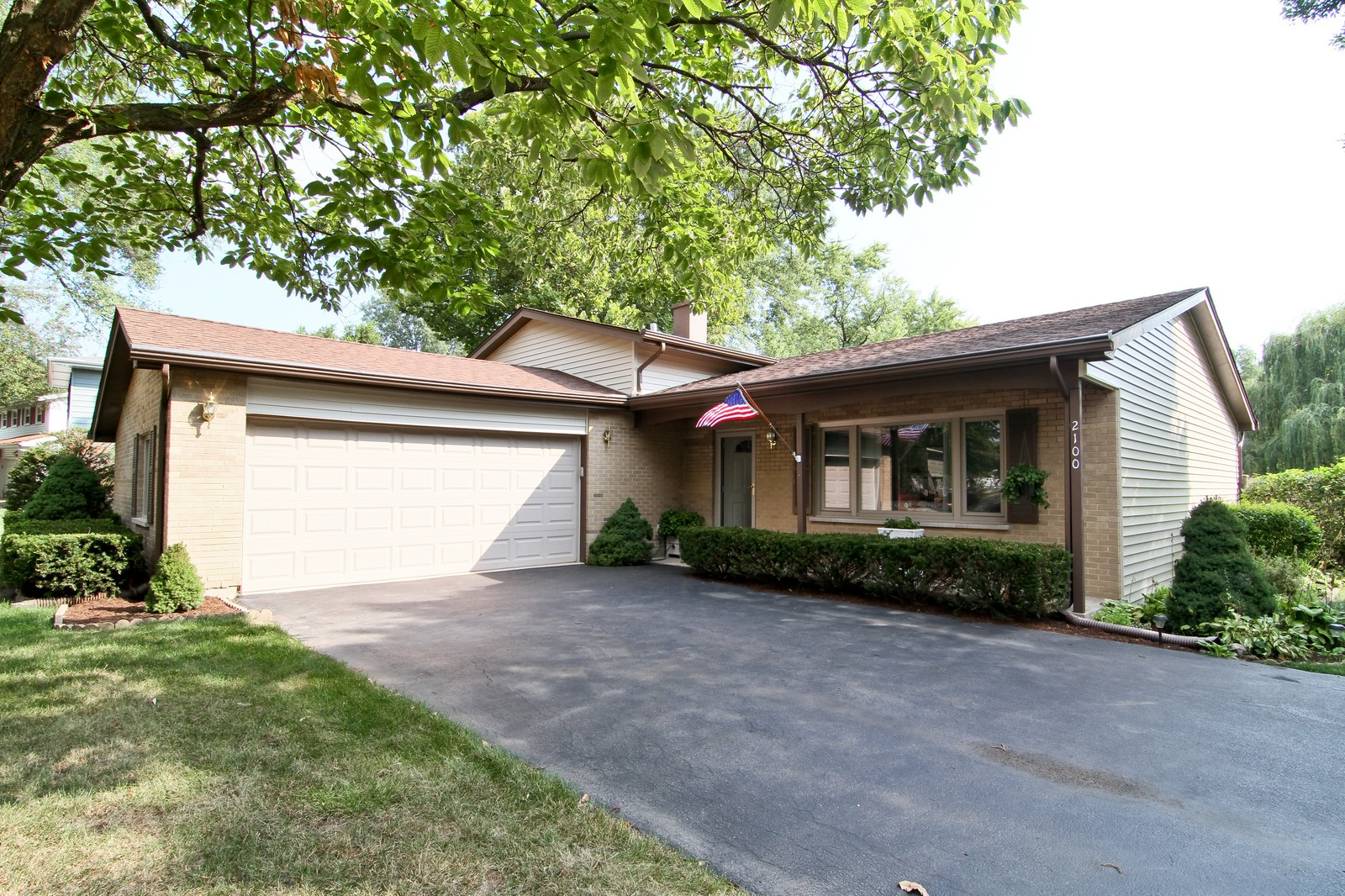 Real Estate Photography - 2100 Midhurst Rd, Downers Grove, IL, 60516 - Front View