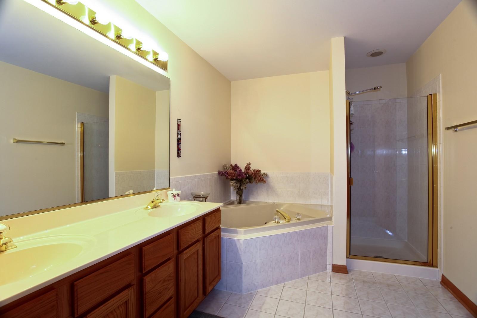 Real Estate Photography - 860 McKenzie Station Dr, Lisle, IL, 60532 - Master Bathroom