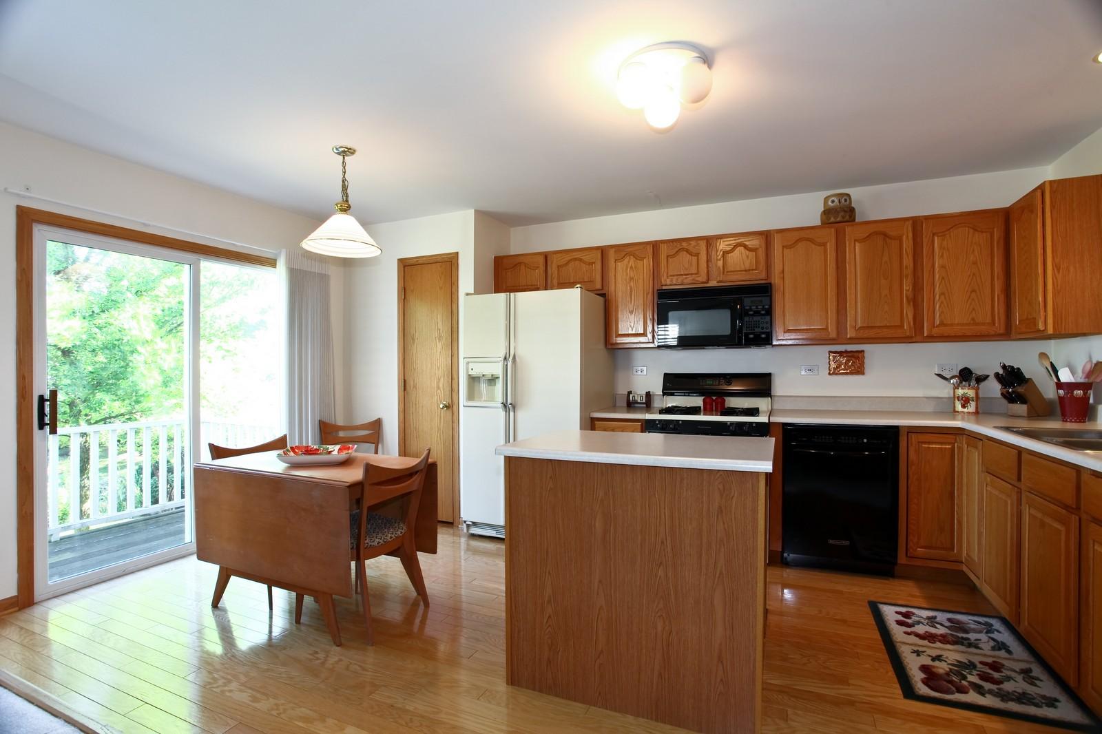 Real Estate Photography - 860 McKenzie Station Dr, Lisle, IL, 60532 - Kitchen
