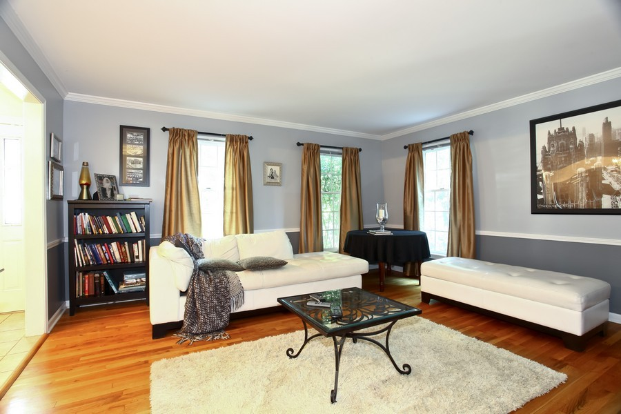 Real Estate Photography - 1525 Almond Ct, DOWNERS GROVE, IL, 60515 - Living Room