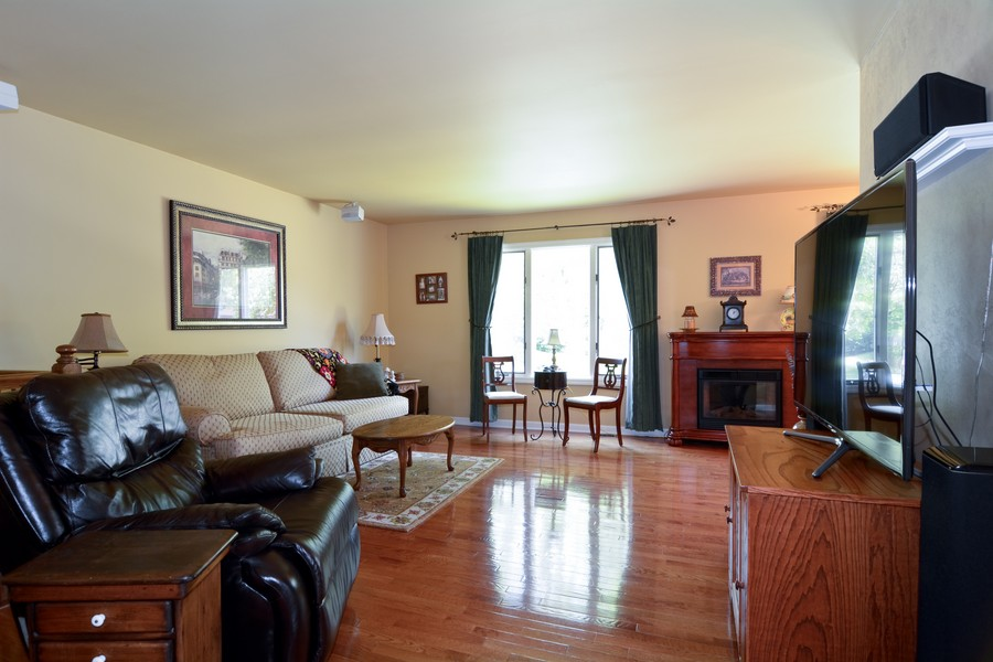 Real Estate Photography - 315 Hempstead LN, BLOOMINGDALE, IL, 60108 - Living Room