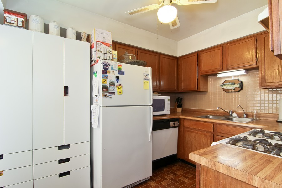 Real Estate Photography - 2725 Meadowdale Ln, WOODRIDGE, IL, 60517 - Kitchen