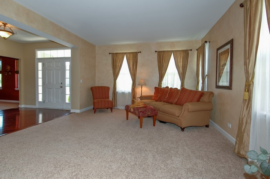 Real Estate Photography - 430 Wentworth Cir, CARY, IL, 60013 - Foyer/Living Room