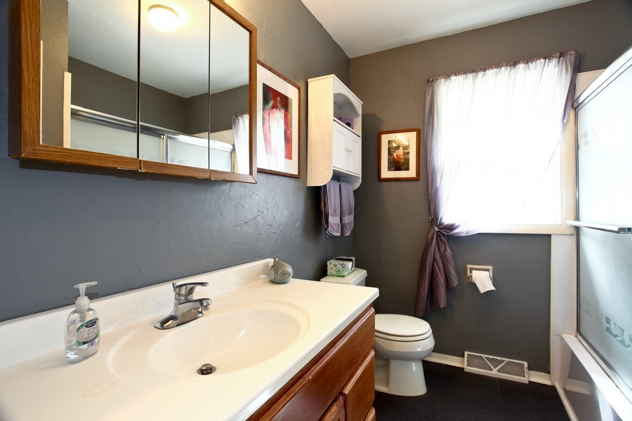 Real Estate Photography - 312 Spring Ave., GLEN ELLYN, IL, 60137 - Bathroom