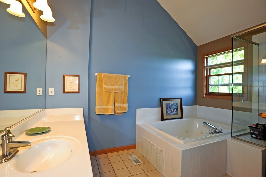 Real Estate Photography - 799 Parker Ct, GENEVA, IL, 60134 - Master Bathroom