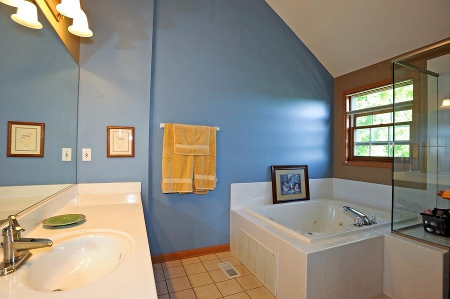Real Estate Photography - 799 Parker Ct, GENEVA, IL, 60134 - Master Bathroom