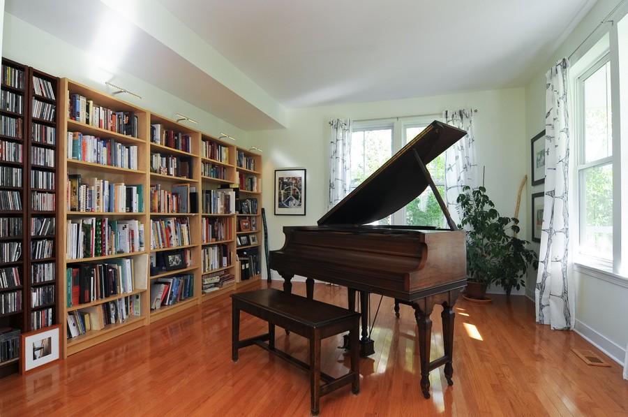 Real Estate Photography - 1403 Sunflower Ct, Grayslake, IL, 60030 - Livingroom