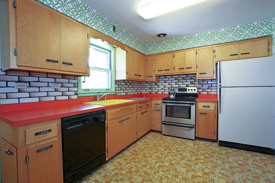 Real Estate Photography - 5830 Lyman Ave, Downers Grove, IL, 60516 - Kitchen