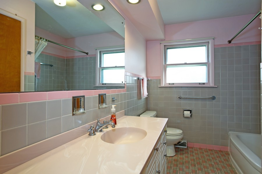 Real Estate Photography - 5830 Lyman Ave, Downers Grove, IL, 60516 - Bathroom