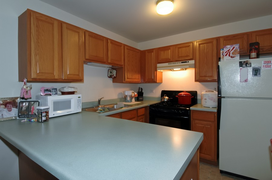 Real Estate Photography - 1020 Chaucer Ct, B, Elgin, IL, 60120 - Kitchen