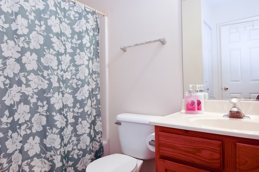 Real Estate Photography - 1020 Chaucer Ct, B, Elgin, IL, 60120 - Bathroom