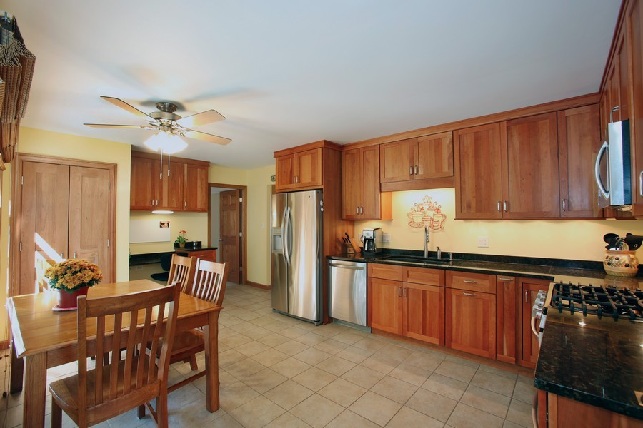 Real Estate Photography - 3940 West End Road, Downers Grove, IL, 60515 - Kitchen / Breakfast Room