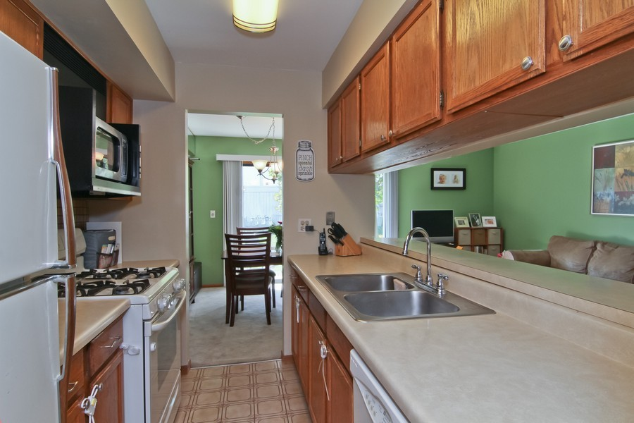 Real Estate Photography - 7330 Canterbury Pl, Downers Grove, IL, 60516 - Kitchen