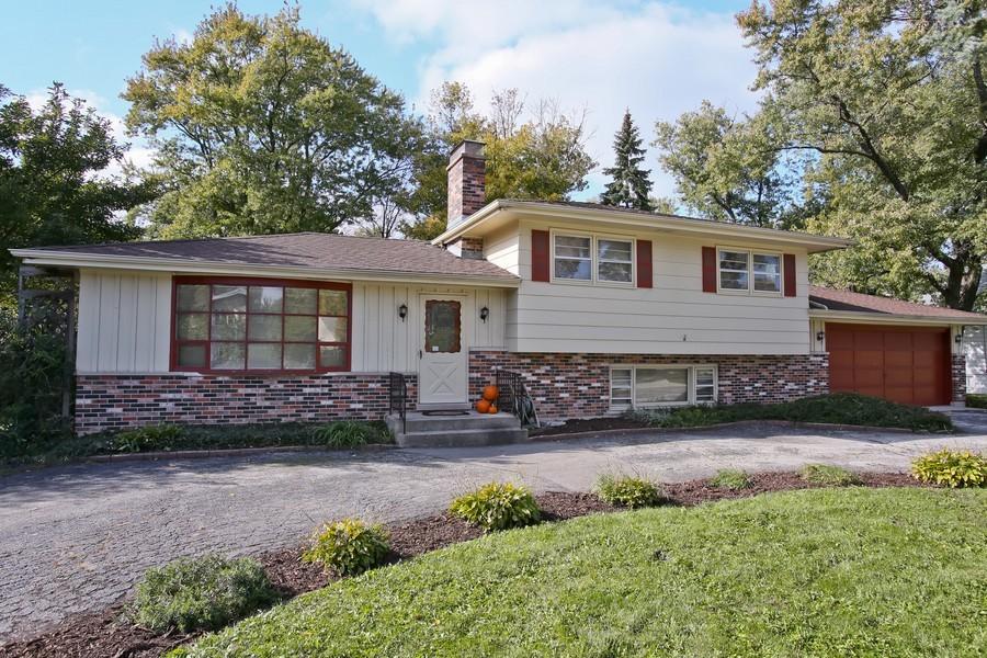 Real Estate Photography - 426 Blackhawk Dr, Westmont, IL, 60559 - Front View