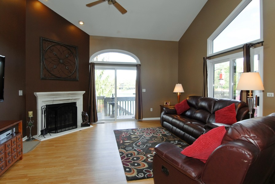 Real Estate Photography - 12 Lakewood Cir, 12, St. Charles, IL, 60174 - Living Room