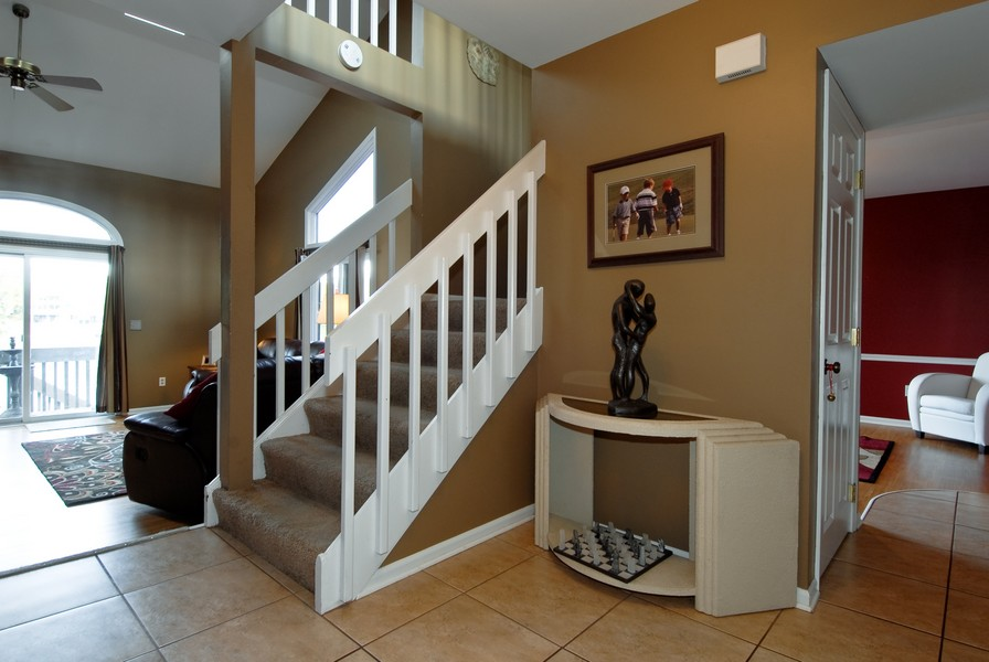 Real Estate Photography - 12 Lakewood Cir, 12, St. Charles, IL, 60174 - Foyer