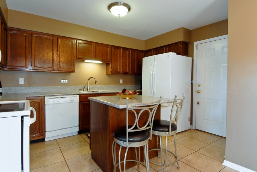 Real Estate Photography - 12 Lakewood Cir, 12, St. Charles, IL, 60174 - Kitchen