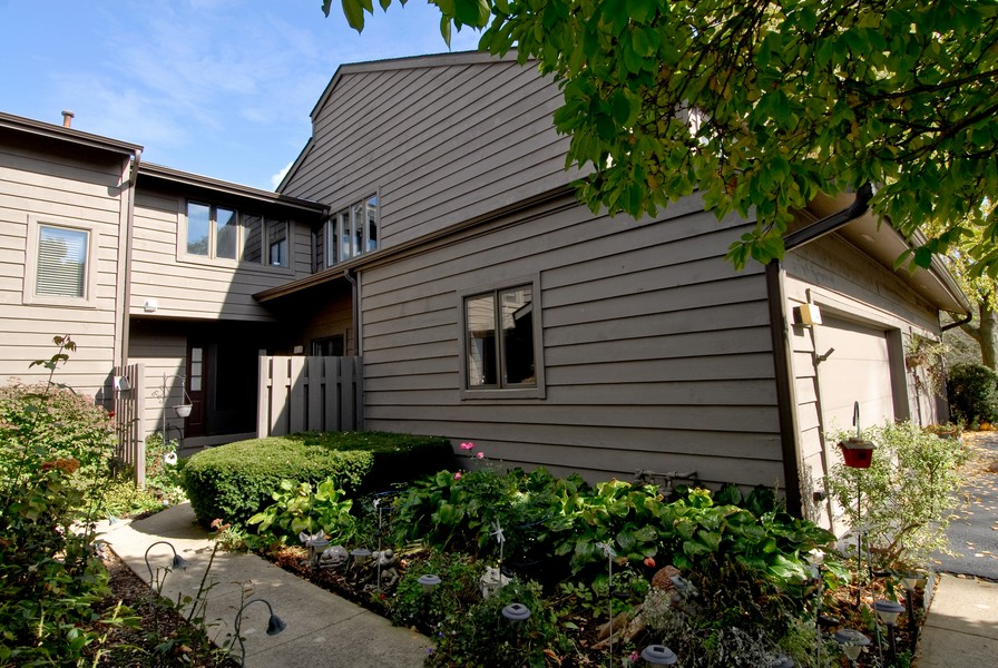Real Estate Photography - 12 Lakewood Cir, 12, St. Charles, IL, 60174 - Front View