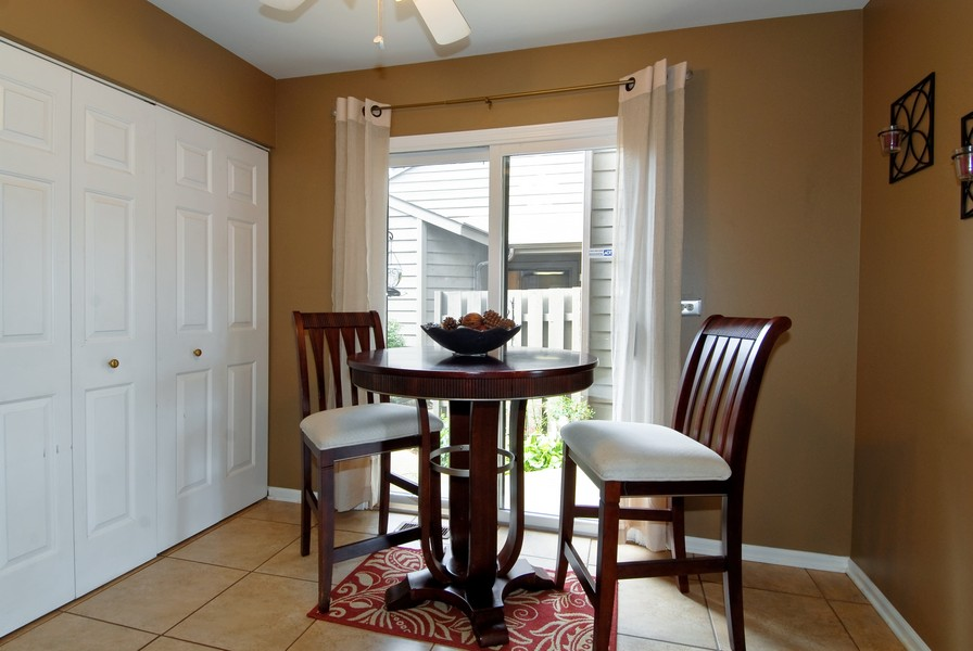 Real Estate Photography - 12 Lakewood Cir, 12, St. Charles, IL, 60174 - Breakfast Nook