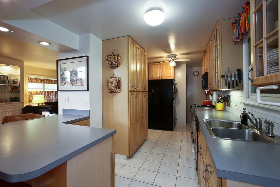Real Estate Photography - 621 Dawn Pl, Downers Grove, IL, 60515 - Kitchen