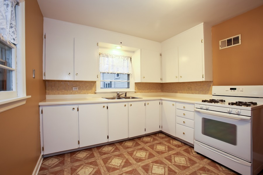 Real Estate Photography - 5621 Plymouth, Downers Grove, IL, 60516 - Kitchen