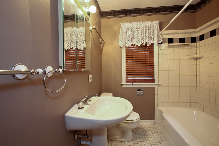 Real Estate Photography - 5621 Plymouth, Downers Grove, IL, 60516 - Bathroom