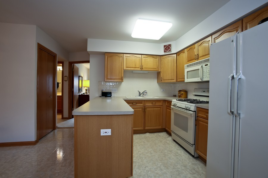 Real Estate Photography - 100 N Gary Ave, Unit 409, Wheaton, IL, 60187 - Kitchen