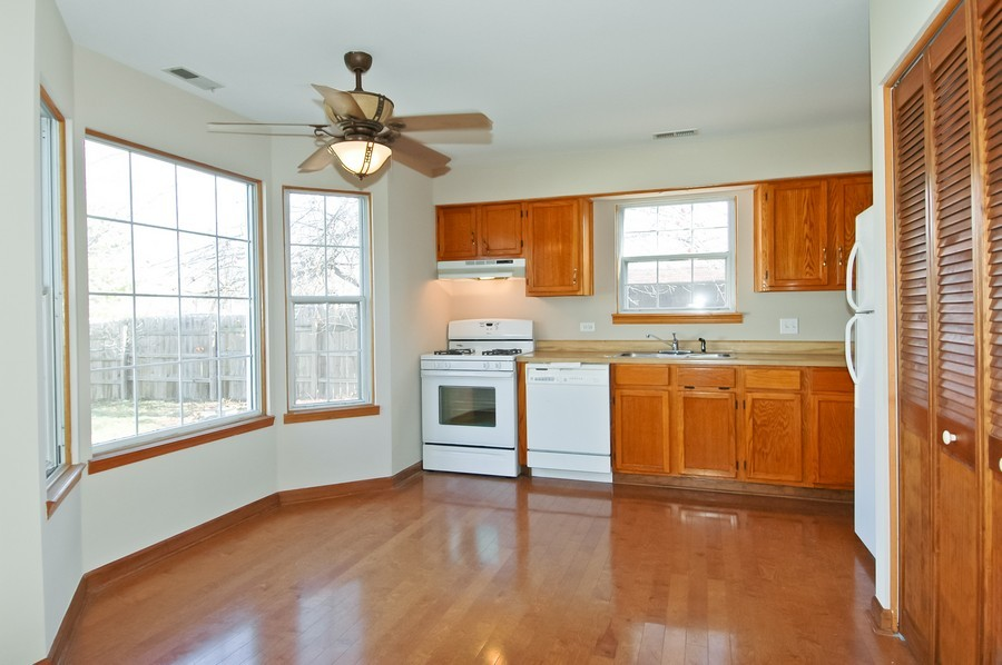 Real Estate Photography - 934 Concord Dr, Island Lake, IL, 60042 - Kitchen