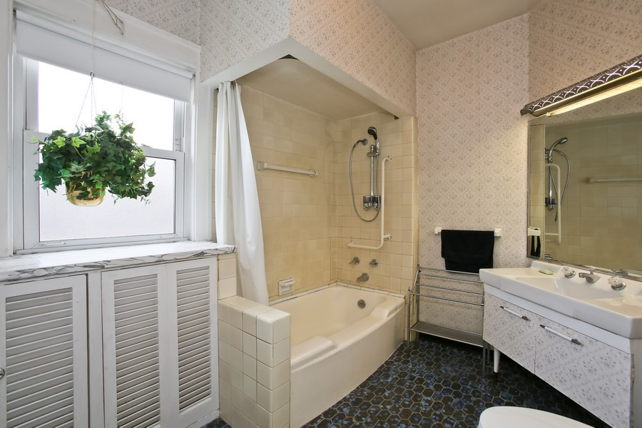 Real Estate Photography - 344 Cottage Ave, Glen Ellyn, IL, 60137 - Bathroom