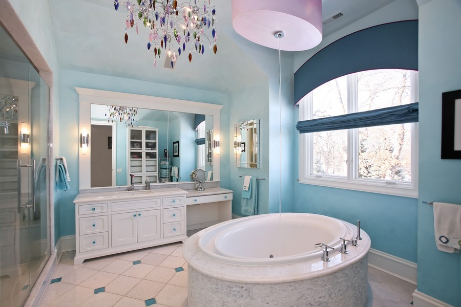Real Estate Photography - 19 Baybrook Ln, Oak Brook, IL, 60523 - Junior Master Ensuite Bath