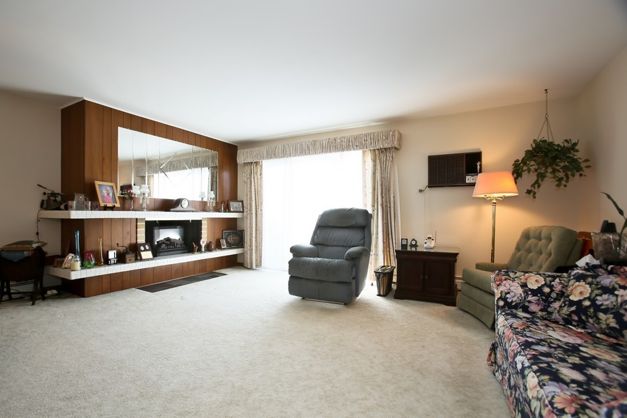 Real Estate Photography - 4250 Saratoga Ave, 202, Downers Grove, IL, 60515 - Living Room