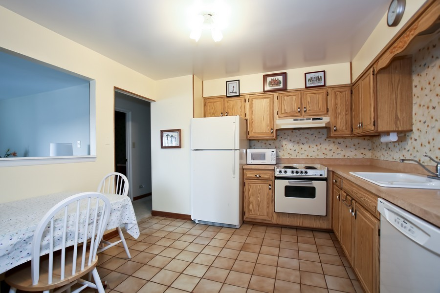 Real Estate Photography - 4250 Saratoga Ave, 202, Downers Grove, IL, 60515 - Kitchen