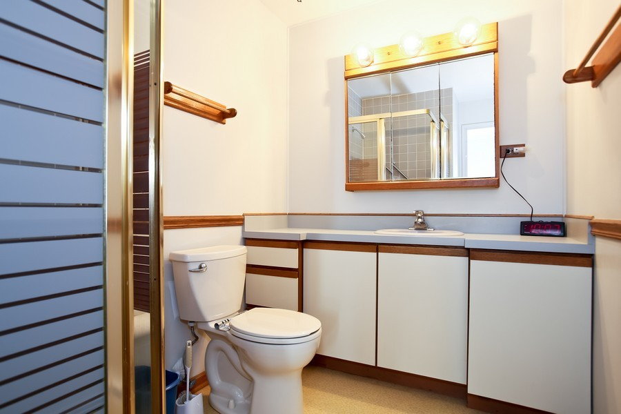 Real Estate Photography - 4250 Saratoga Ave, 202, Downers Grove, IL, 60515 - Bathroom