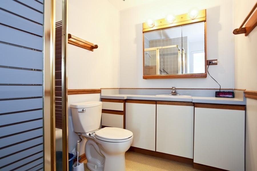 Real Estate Photography - 4250 Saratoga Ave, 202, Downers Grove, IL, 60515 - Bathroom