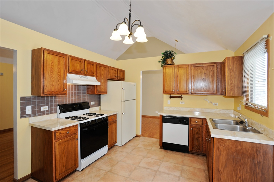 Real Estate Photography - 506 Pinecreek Dr, North Aurora, IL, 60542 - Kitchen
