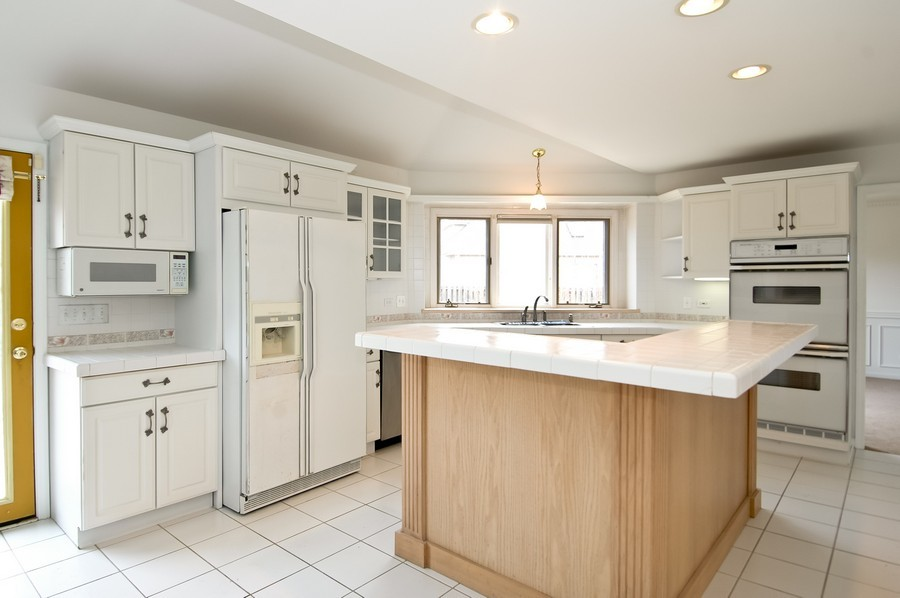 Real Estate Photography - 584 Blackthorn Dr, Crystal Lake, IL, 60014 - Kitchen