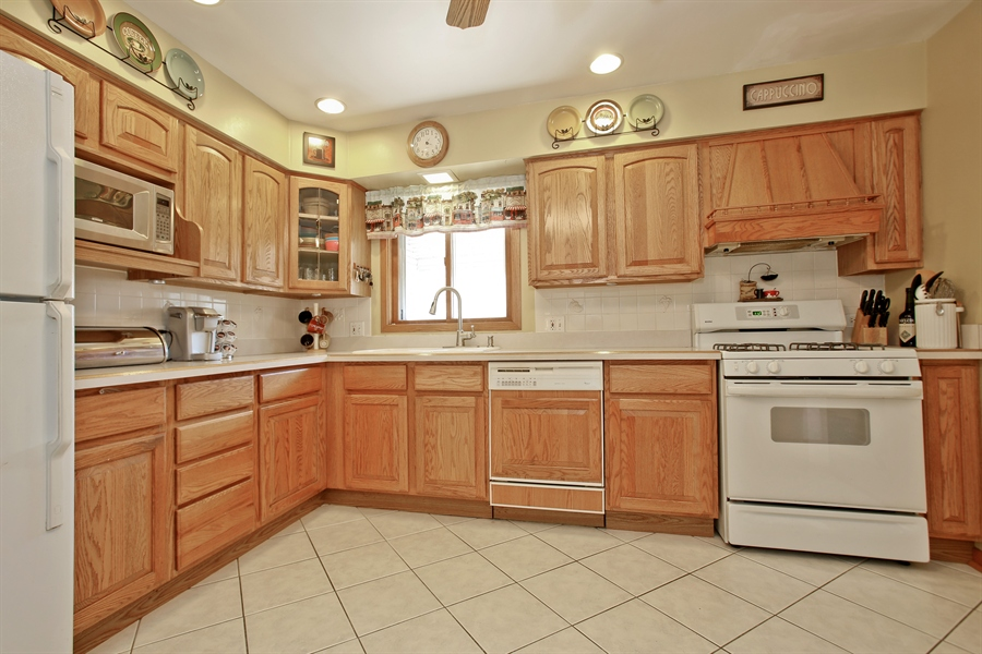 Real Estate Photography - 4519 Cumnor Rd, Downers Grove, IL, 60515 - Kitchen