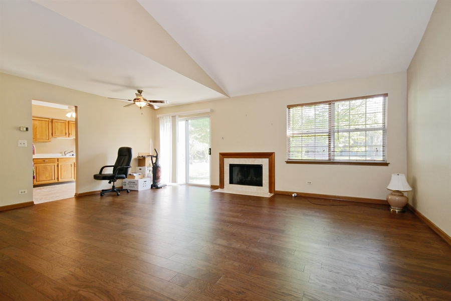 Real Estate Photography - 1919 Prentiss Dr, 5, Downers Grove, IL, 60516 - Living Room