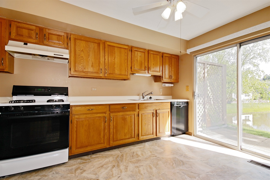 Real Estate Photography - 1919 Prentiss Dr, 5, Downers Grove, IL, 60516 - Kitchen