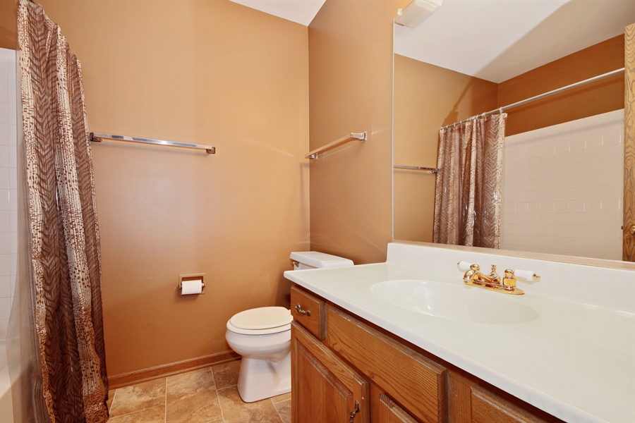 Real Estate Photography - 1919 Prentiss Dr, 5, Downers Grove, IL, 60516 - Bathroom