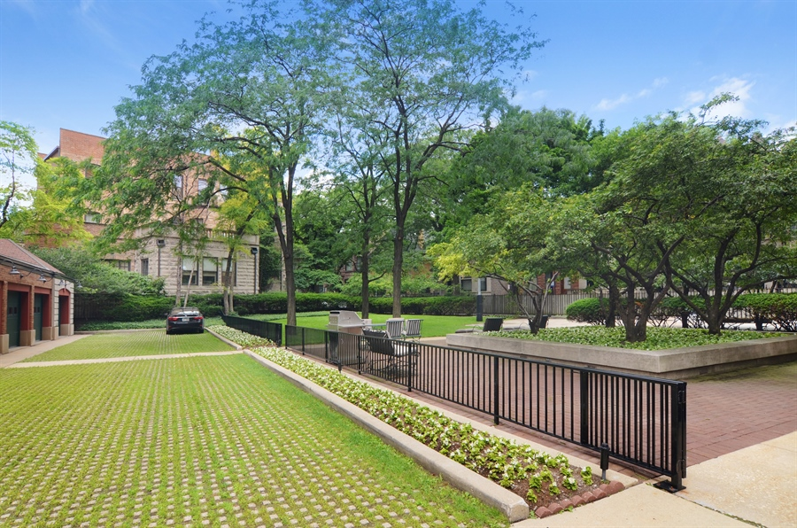 Real Estate Photography - 2450 North Lakeview Ave, 10, Chicago, IL, 60614 - Driveway