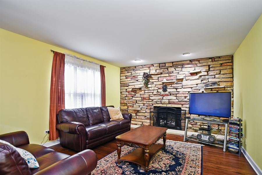Real Estate Photography - 33521 N. Ivy Lane, Grayslake, IL, 60030 - FAMILY ROOM